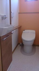 明るく温かみのあるトイレ