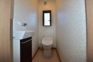 白のタイル調の壁で空間が広く感じられます