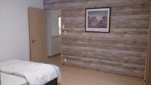 主寝室は落ち着いた雰囲気の壁に。ご夫婦のお気に入りアイテムをたっぷり収納できるウォークインクローゼットも。