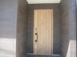 明るい木目の玄関ドアでお客様をお迎えします